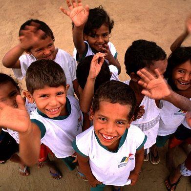 Estado da Paraiba, Junho de 2002 - Criancas brincam em frente a escola, em zona rural do estado da Paraiba, durante documentacao do Plano das Aguas, Meio Ambiente, Gestao e Infra-estrutura do Estado. (Foto - Eraldo Peres/Photo Agencia).